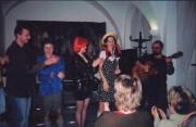 Milka v červené paruce ve večeru poezie KRATOCHVILKY - r. 2003