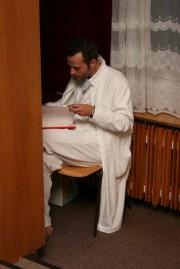 Radim v zákulisí pilně studuje text :)